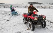 Trotse Opa met kleinkinderen, sneeuwpret op Texel / Proud Grandpa with grandchildren, snowfun on Texel