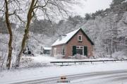 Huisje in het bos tijdens sneeuwval / House in the woods / justinsinner.nl