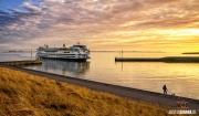Teso's Texelstroom vaart net de haven binnen tijdens een schitterende zonsondergang / Teso's Texelstroom just arrives during a stunning sunset