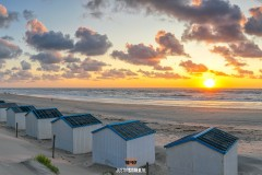 Strandhuisjes Paal 20 tijdens zonsondergang / Texel beach during sunset.
