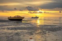 Vissersbootjes op het Wad tijdens zonsopkomst / Boats on the Wadden Sea during sunrise on Texel